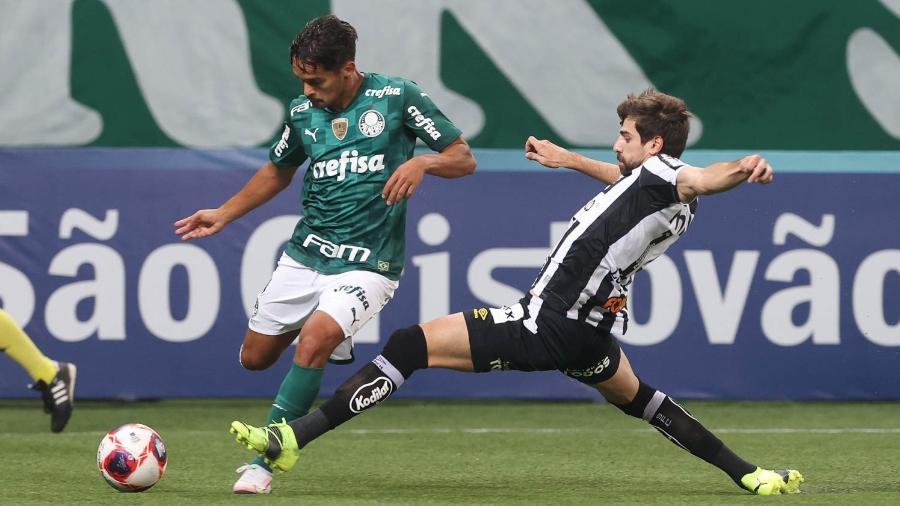 Gustavo Scarpa e Luan Peres disputam lance em Palmeiras x Santos - Cesar Greco/Palmeiras