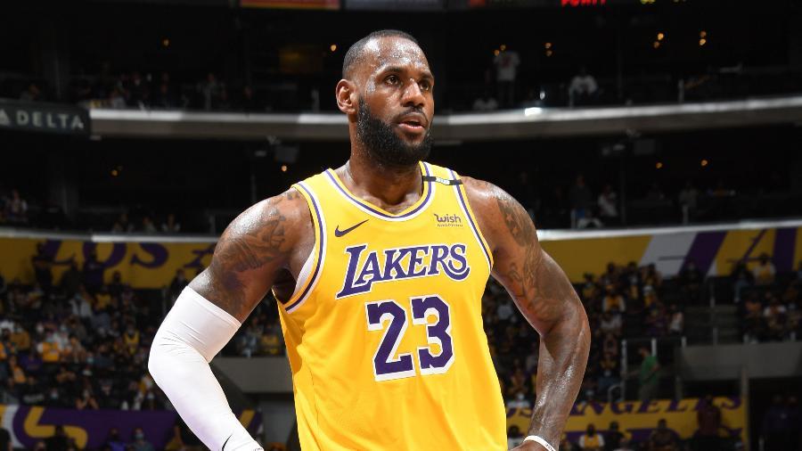 LeBron James afirmou que recebeu ofertas do Dallas Cowboys e do Seattle Seahawks - Andrew D. Bernstein/NBAE via Getty Images