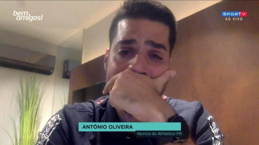 """António Oliveira se emociona durante """"Bem, Amigos"""" - Reprodução/SporTV"""