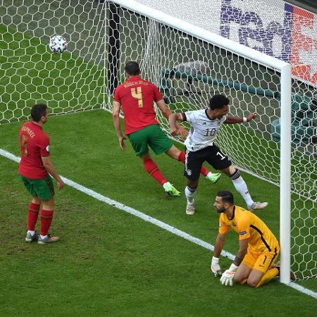 Raphael Guerreiro (à esquerda) e Rúben Dias (ao centro) fizeram gols contra - Matthias Hangst/Getty Images - Matthias Hangst/Getty Images