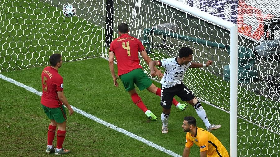 """Raphael Guerreiro (à esquerda) e Rúben Dias (ao centro) deram uma """"forcinha"""" para a Alemanha em duelo na Eurocopa - Matthias Hangst/Getty Images"""