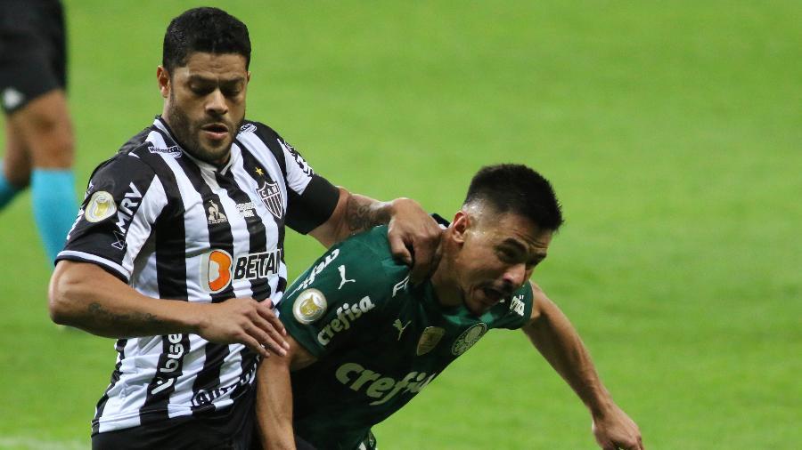 Hulk, do Atlético-MG, disputa jogada com Willian, do Palmeiras, em jogo do Brasileirão - Fernando Moreno/AGIF