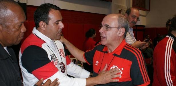 Cacau Cotta (e) cumprimenta Bandeira de Mello (d) pela vitória na eleição do Flamengo