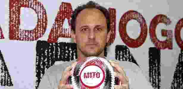 Rogério Ceni recebe uma bola personalizada como homenagem - Divulgação