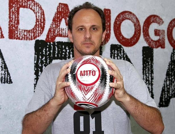 Rogério Ceni recebe uma bola personalizada como homenagem