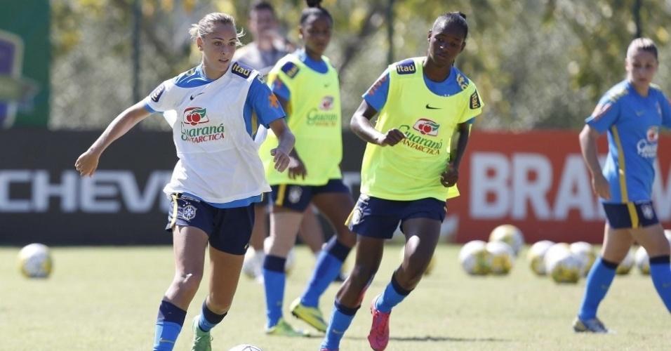 Marjorie Castro treina com as colegas de seleção sub-20 no Pinheiral, no Rio.