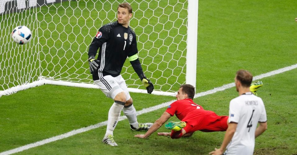 Milik perde gol fácil para Polônia contra Alemanha
