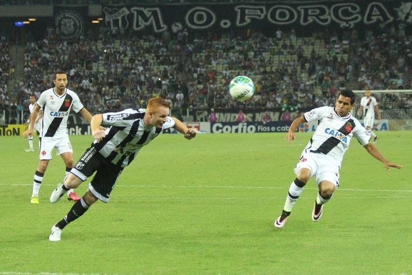 Charles afasta bola de cabeça na partida Ceará x Vasco