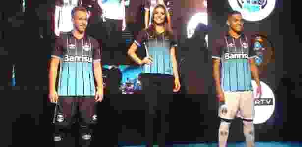 Arthur (e), Letícia Kuhn (c) e Pedro Rocha (d) desfilam nova camisa do Grêmio - Marinho Saldanha/UOL
