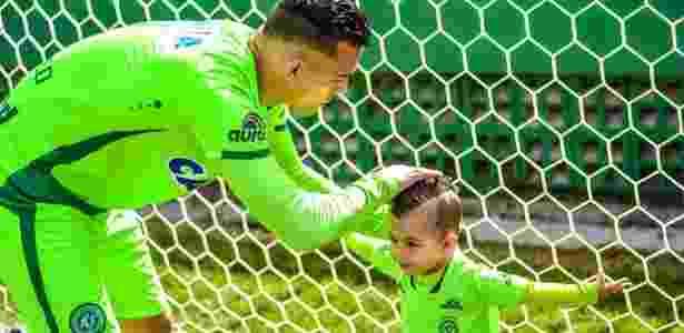 Mãe de Danilo destaca semelhança entre filho e neto, mas veta nova carreira no futebol - Chapecoense/Divulgação - Chapecoense/Divulgação