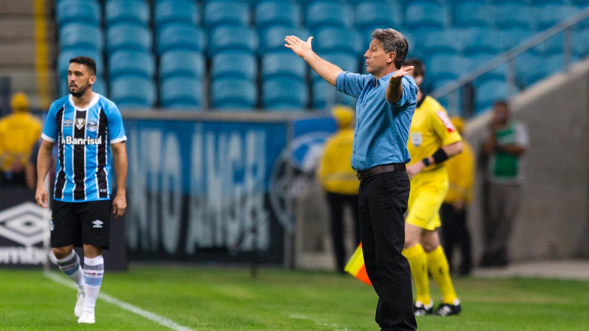 Renato Gaúcho orienta jogadores na partida entre Grêmio e Atlético-PR