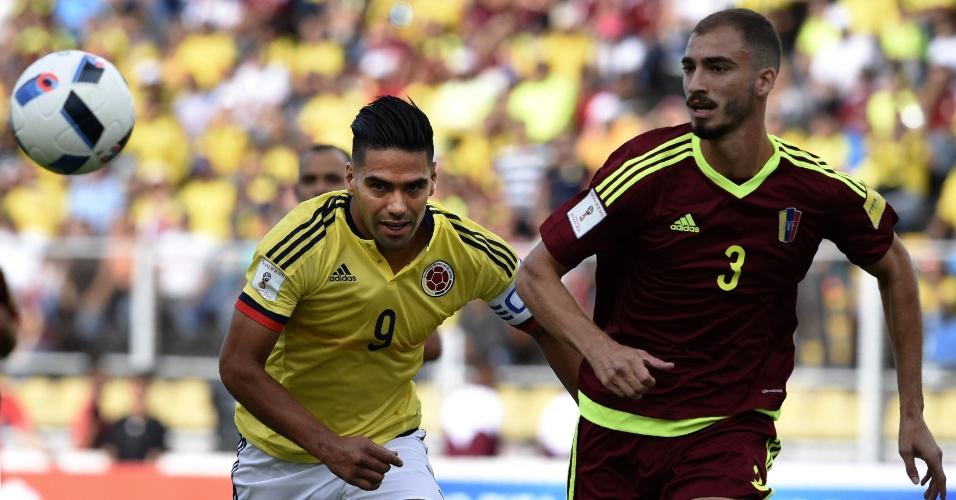 Falcao tenta se livrar da marcação de Mike Villanueva durante a partida entre Colômbia e Venezuela