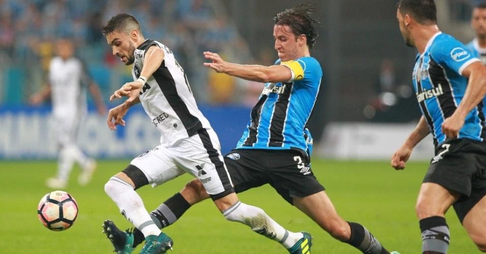 Geromel tenta desarmar Pimpão na Arena do Grêmio