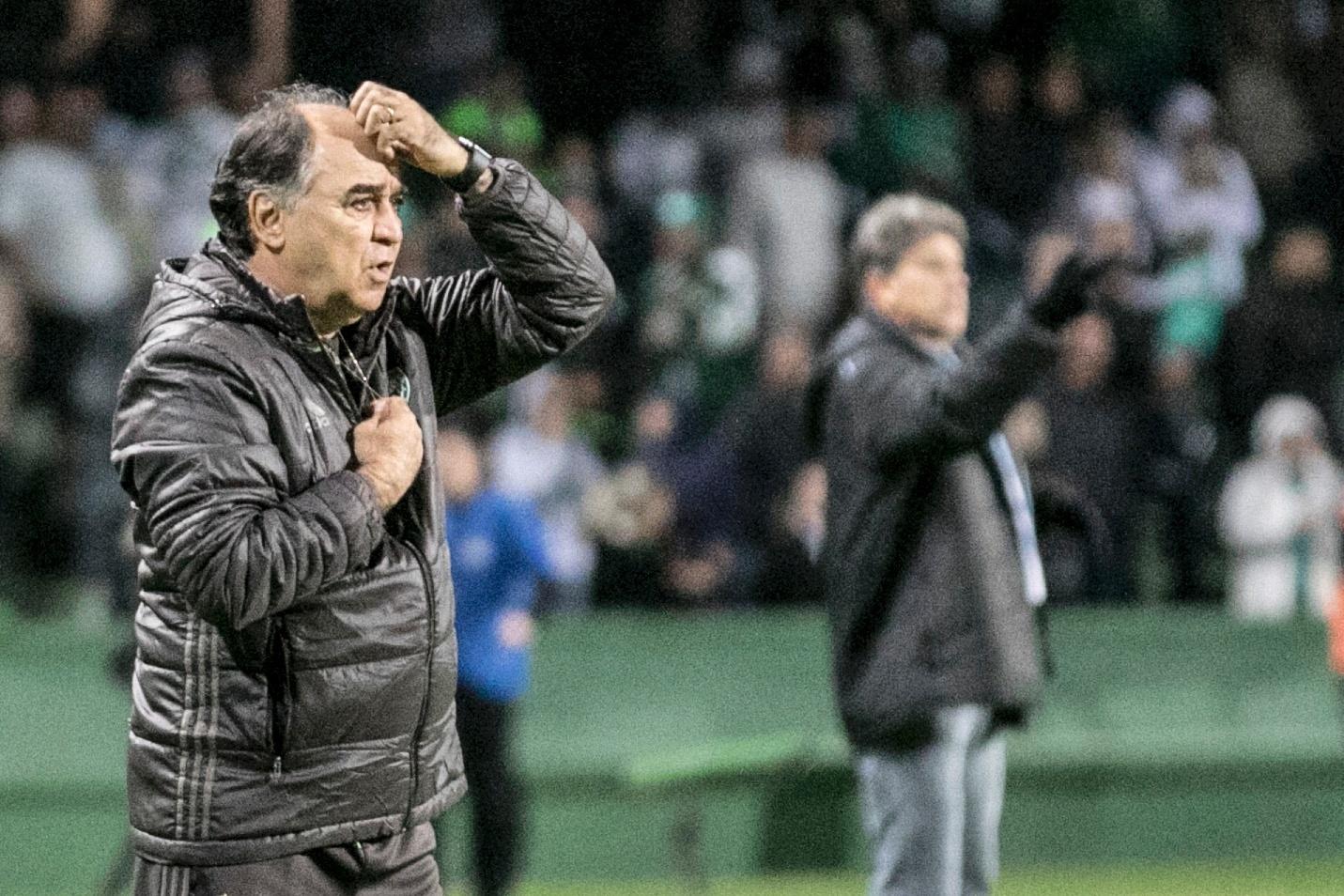 O técnico Marcelo Oliveira comanda o Coritiba contra o Grêmio