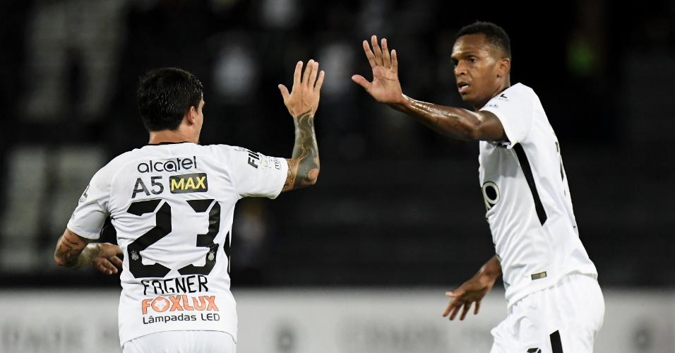 Jô comemora com Fagner o gol de empate do Corinthians contra o Botafogo