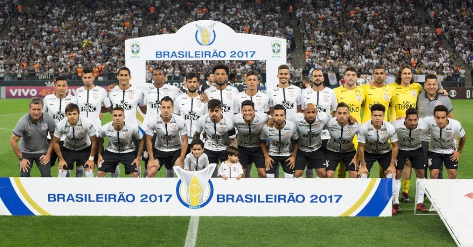 e12e545648 Elenco do Corinthians perfilado para jogo contra o Fluminense pelo Campeonato  Brasileiro