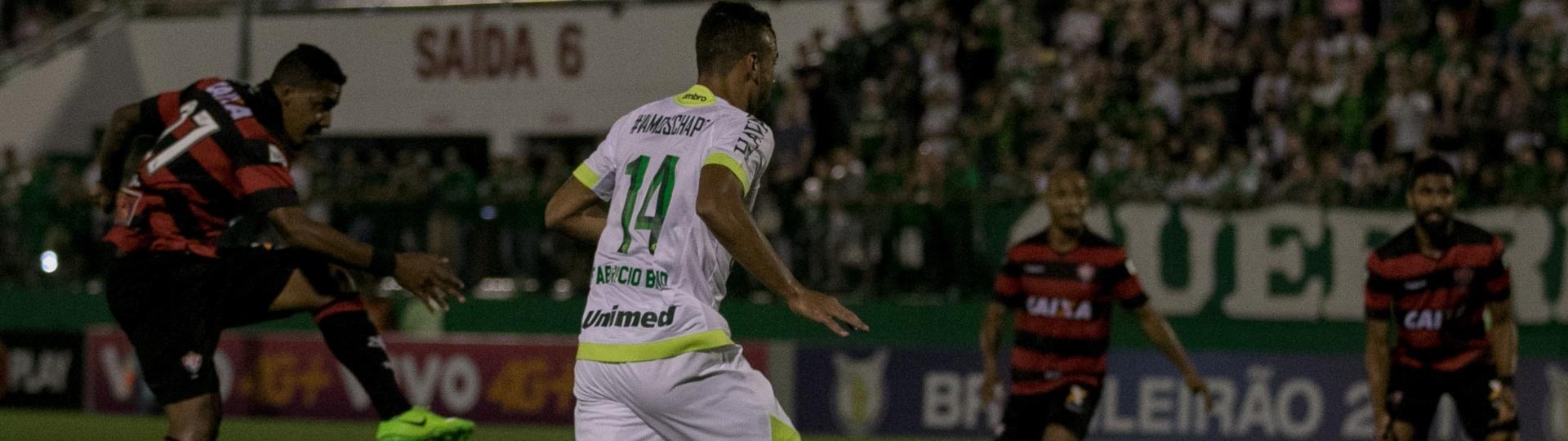 David, atacante do Vitória, tenta a finalização na partida contra a Chapecoense, na Arena Condá