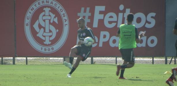 Lateral direito Dudu volta a treinar com o grupo do Internacional