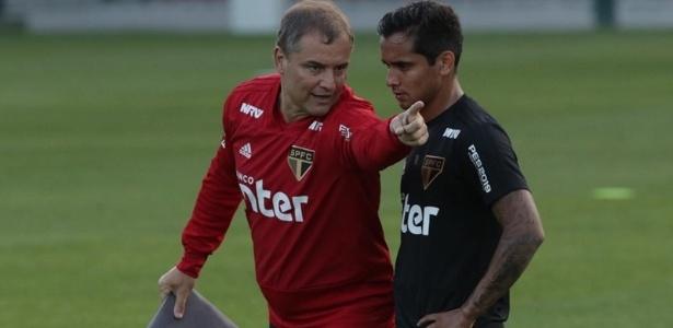 Diego Aguirre passa instrução para Everton Felipe durante treino do São Paulo - Rubens Chiri / saopaulofc.net
