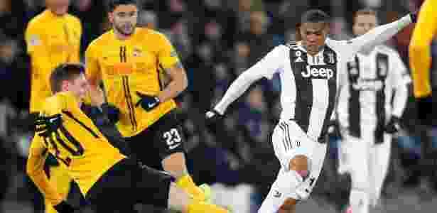 Douglas Costa em ação pela Juventus durante jogo contra o Young Boys - Arnd Wiegmann/Reuters