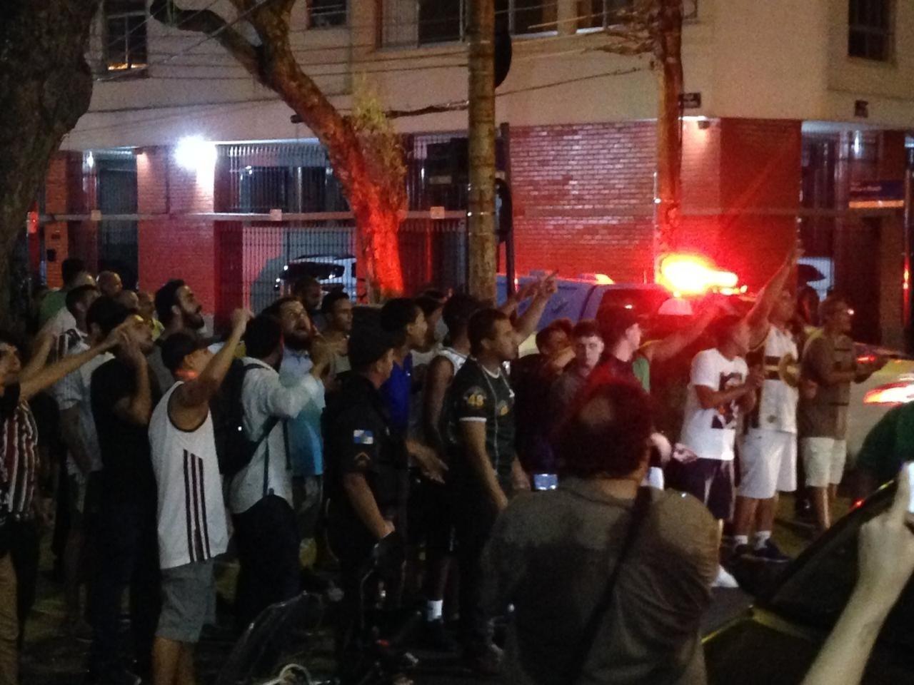 Cerca de 40 torcedores do Fluminense foram protestar em frente à sede nas Laranjeiras
