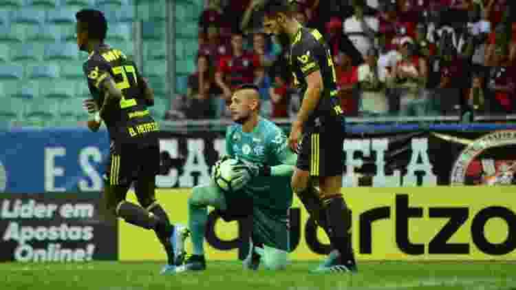 Diego Alves, do Flamengo, segura a bola contra o Bahia na Arena Fonte Nova - Jhony Pinho/AGIF - Jhony Pinho/AGIF