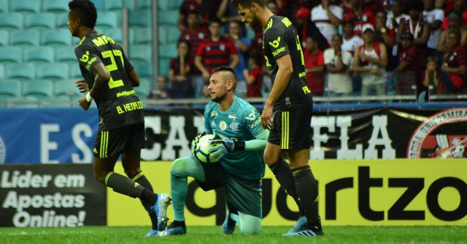 Diego Alves, do Flamengo, segura a bola contra o Bahia na Arena Fonte Nova
