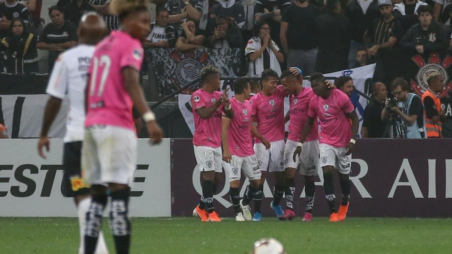 Jogadores do Independiente Del Valle comemoram gol de Gabriel Torres contra o Corinthians - Marcello Zambrana/AGIF
