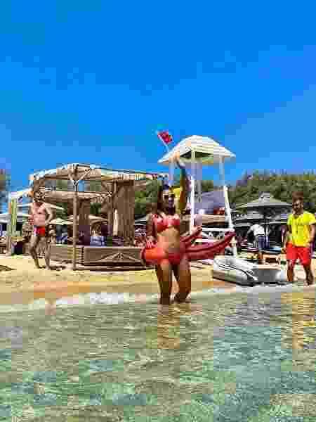 Belle Silva, esposa de Thiago Silva, posa de biquíni na praia de Míconos, na Grécia - Reprodução / Instagram