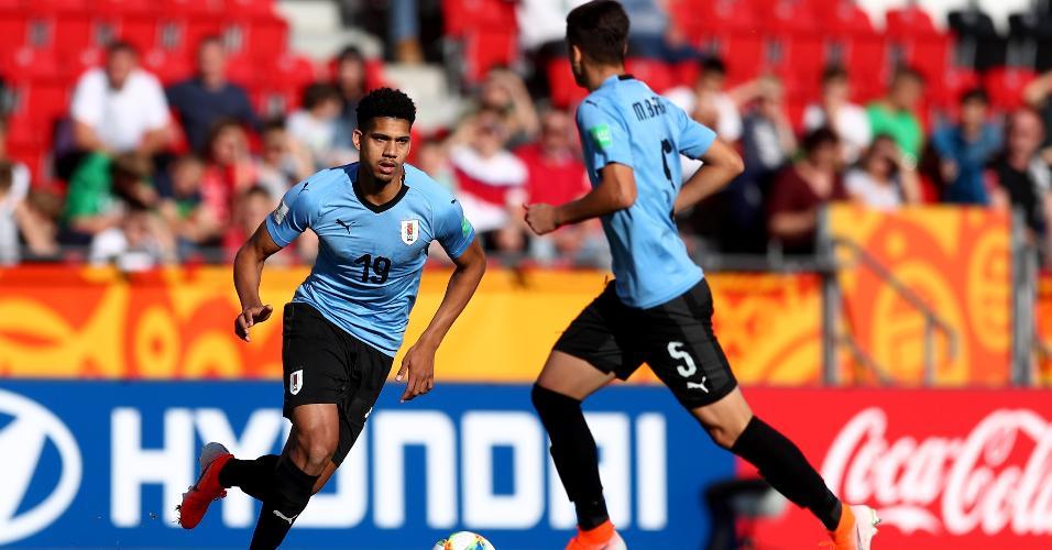 Ronald Araujo defendendo a seleção uruguaia