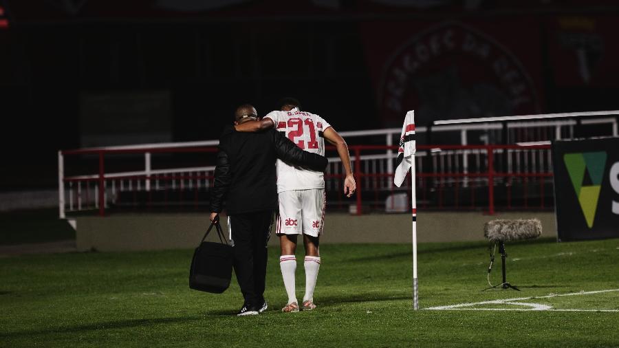 Gabriel Sara deixa machucado a partida entre São Paulo e Cuiabá - Ettore Chiereguini/AGIF