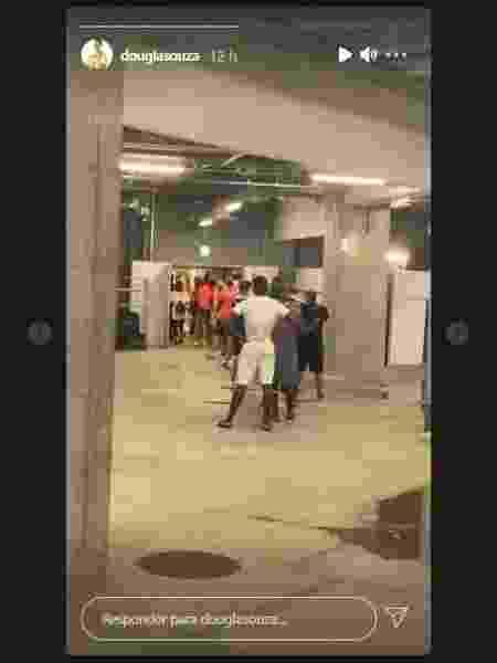 Douglas Souza mostra a fila da lavanderia da Vila Olímpica - Reprodução/Instagram - Reprodução/Instagram