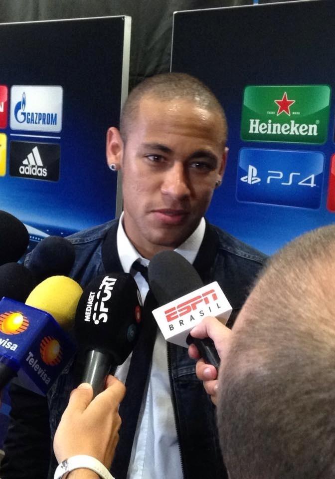 Neymar concede entrevistas após a vitória do Barcelona por 2 a 1