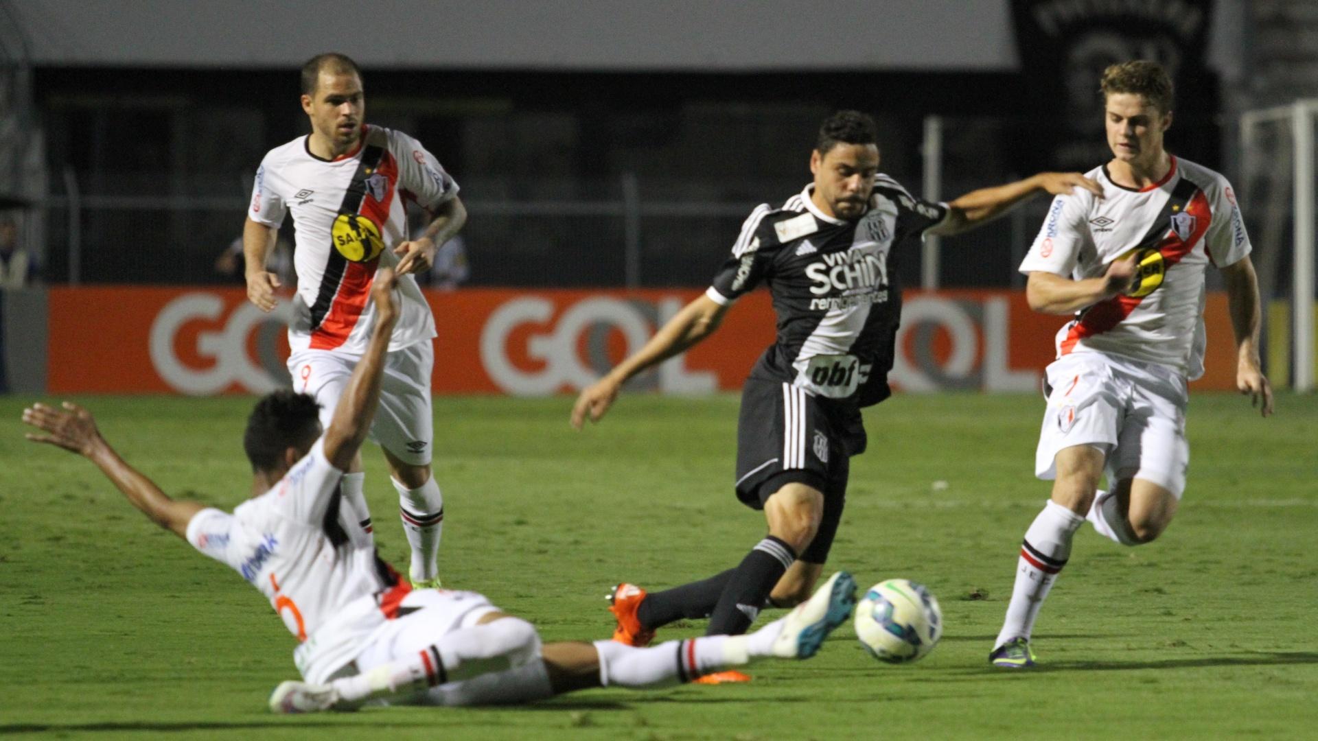 Elton em lance da partida entra Ponte Preta e Joinville, válida pelo Campeonato Brasileiro