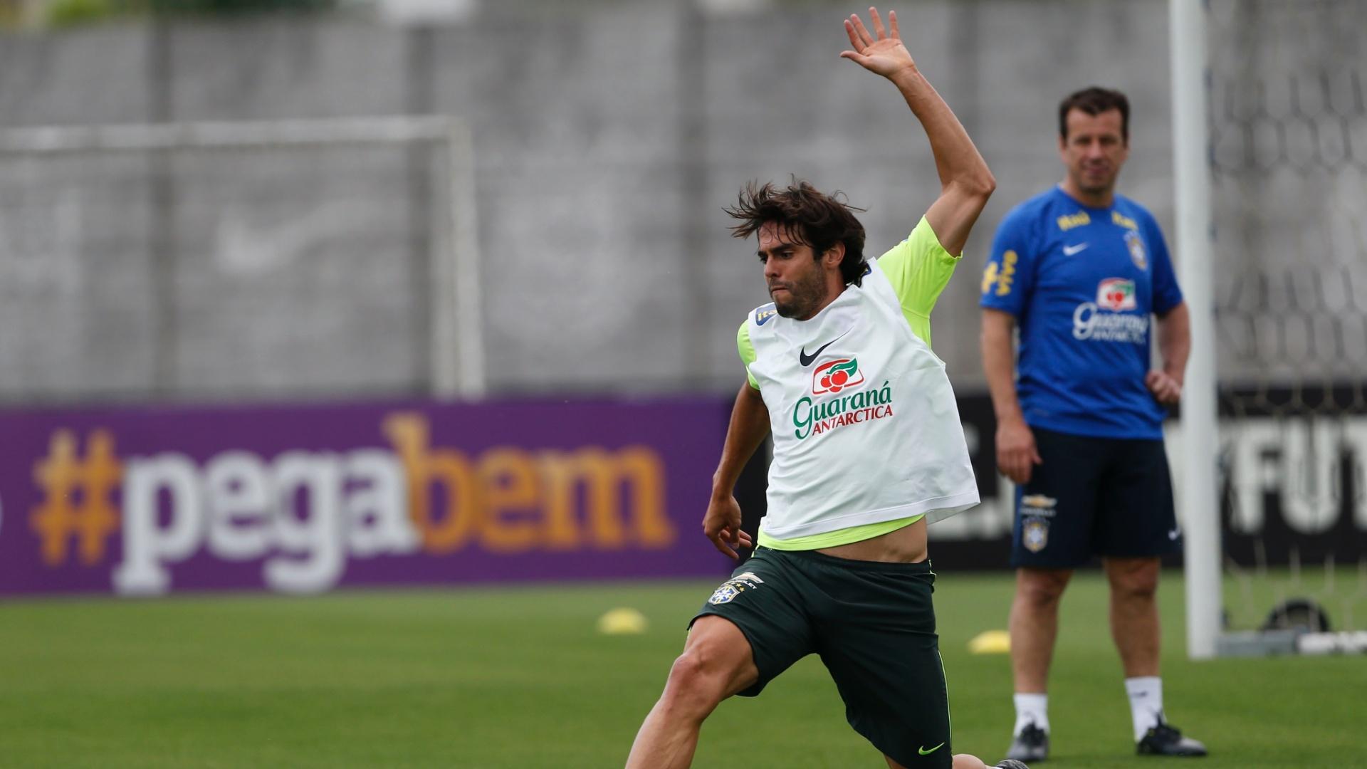 Kaká se esforça para dominar bola em treino da seleção brasileira