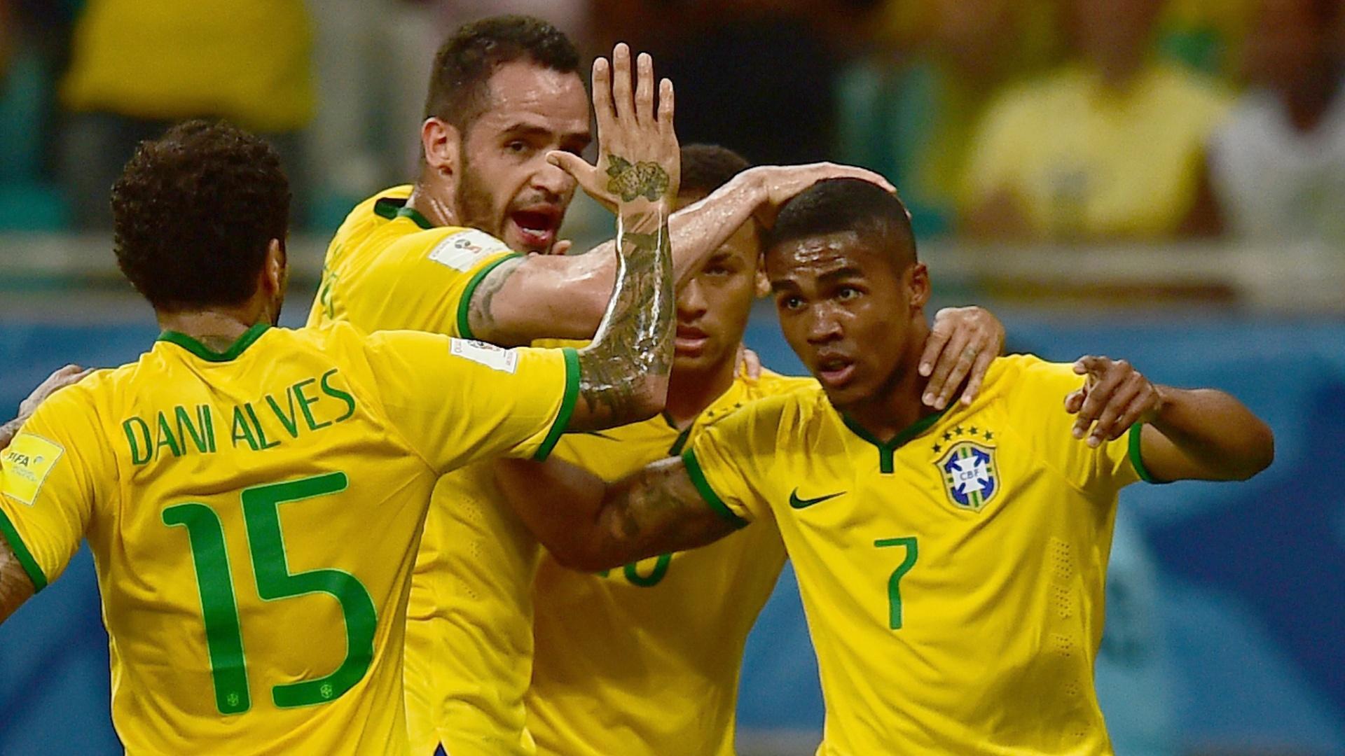 Jogadores do Brasil comemoram gol de Douglas Costa contra a seleção peruana