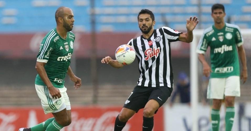 Alecsandro domina a bola durante o amistoso entre Palmeiras e Libertad, no Uruguai
