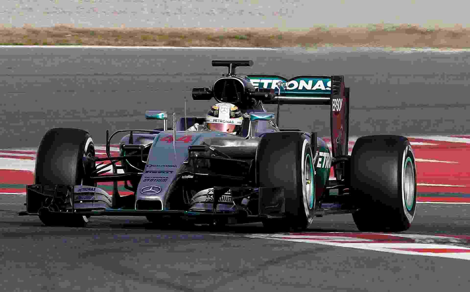 Lewis Hamilton participa do primeiro dia de testes coletivos da Fórmula 1 em Barcelona - José Jordan/AFP Photo