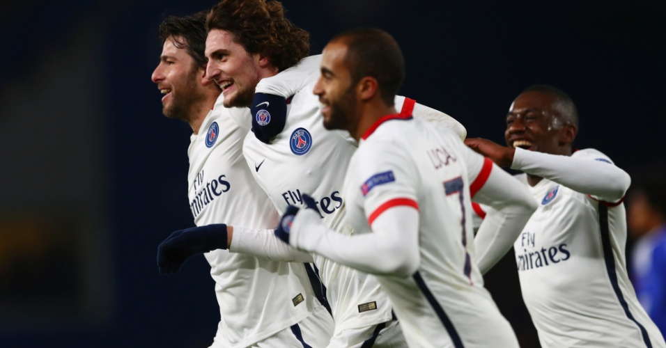 Jogadores do PSG comemoram gol de Rabiot contra o Chelsea