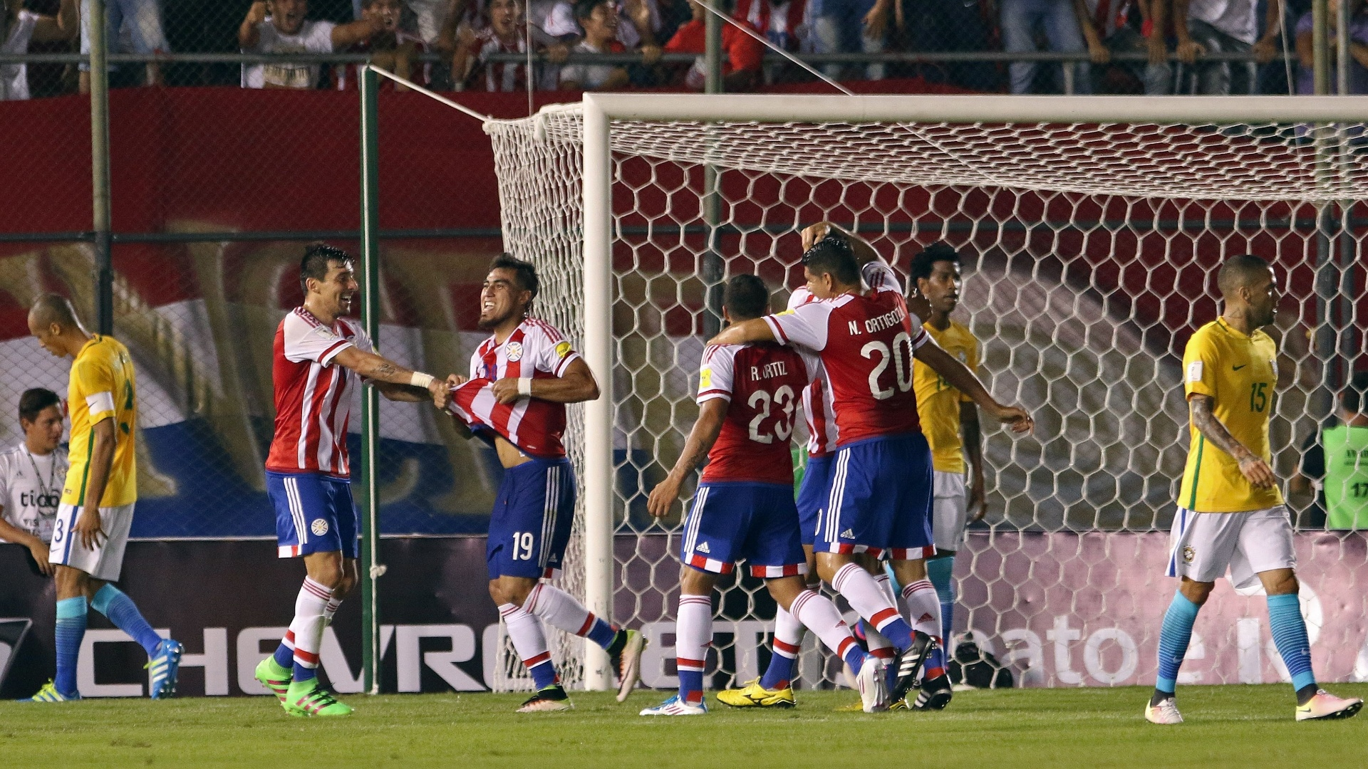 Paraguaios comemoram gol contra o Brasil marcado por Dario Lezcano