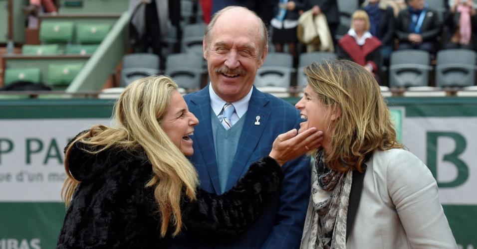 Arantxa Sanchez parabeniza Amelie Mauresmo por sua entrada no hall da fama internacional do tênis antes da final feminina em Roland Garros