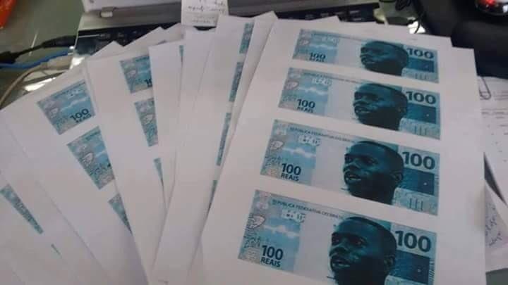 Robinho estampa notas de R$ 100 feitas pela torcida do Santos