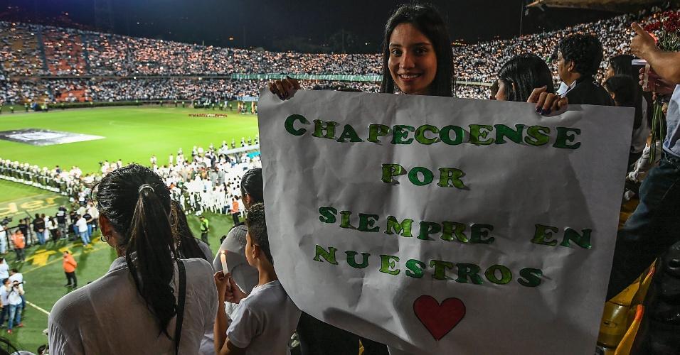 Torcedora exibe cartaz em homenagem à Chapecoense: 'Para sempre em nossos corações'