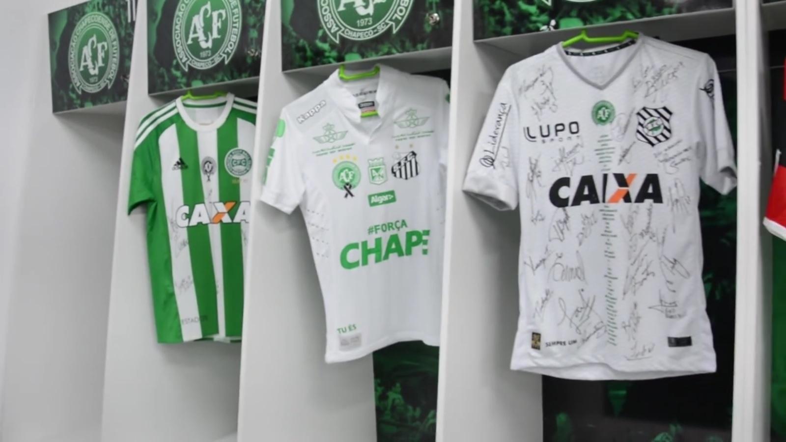 618c470c08 Chapecoense junta camisas de rivais em seu vestiário e agradece apoio -  20/12/2016 - UOL Esporte