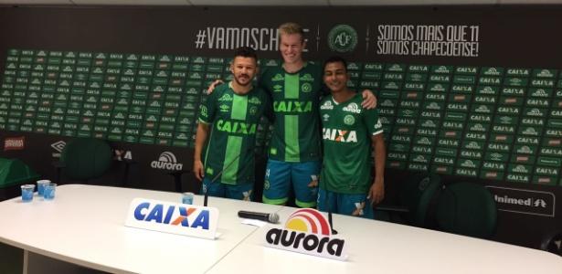 Douglas Grolli (no centro) é um dos zagueiros que já chegaram a Chapecoense para 2017