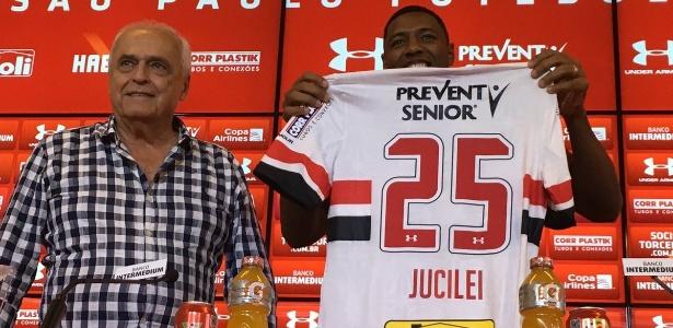 O presidente Leco e a camisa do São Paulo