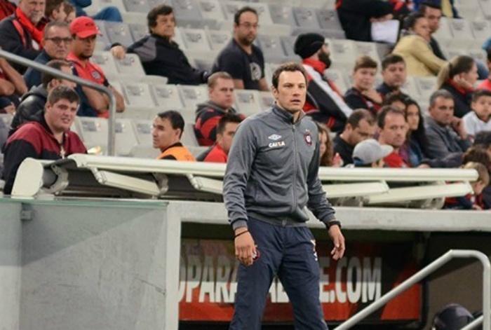 Auxiliar técnico Bruno Pivetti acompanha partida do Atlético-PR