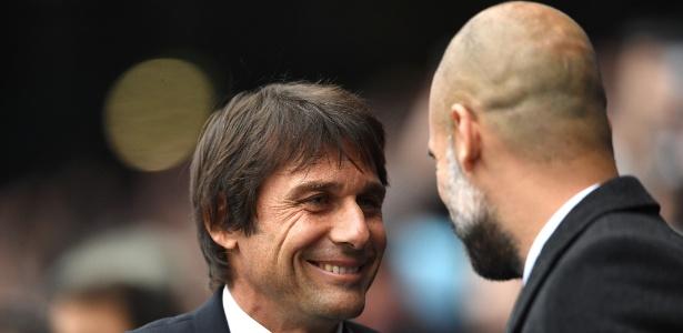 Antonio Conte e Pep Guardiola se cumprimentam antes da partida entre Chelsea e Manchester City