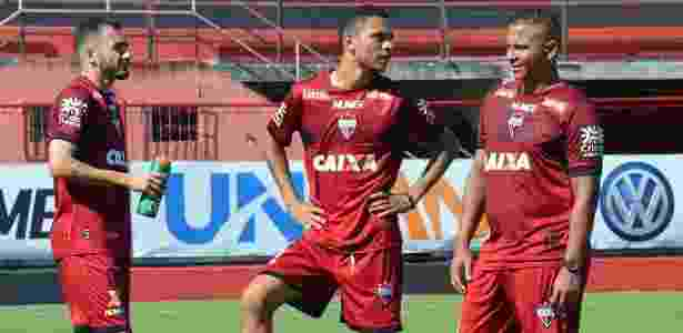 Walter (dir.) durante treino do Atlético-GO no início do mês junho - Divulgação/Atlético-GO