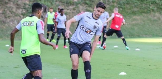 Matheus Mancini perde espaço após chegada de Juninho e deve jogar a Série B
